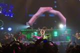 「愛の輪」をつくる柴咲と8000人のファン