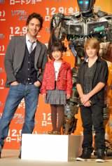 映画『リアル・スティール』の来日記者会見に出席した(左から)ショーン・レヴィ監督、芦田愛菜、カナダ出身の人気子役のダコタ・ゴヨ (C)ORICON DD inc.