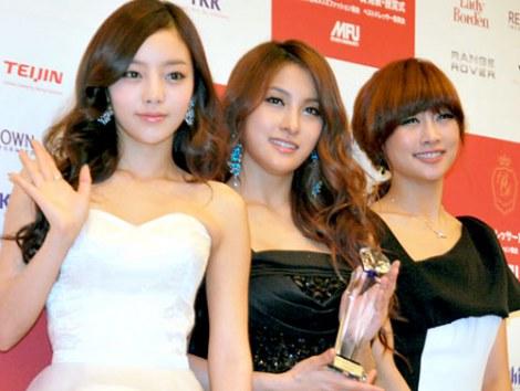 サムネイル 『第40回ベストドレッサー賞』を受賞したKARA(左からハラ、ギュリ、ニコル) (C)ORICON DD inc.