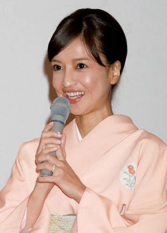サムネイル 左手薬指に指輪を輝かせ笑顔を見せた伊藤裕子 (C)ORICON DD inc.