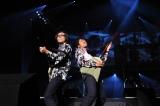 岸谷五朗らが「AAA」ライブで8000人魅了