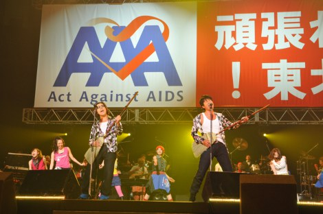 Act Against AIDS 2011『THE VARIETY 19 —頑張れ!東北—』コンサートに出演した(左から)岸谷五朗、寺脇康文