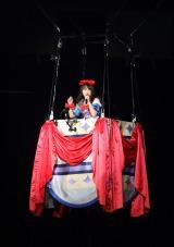 気球に乗ってスタンドのファンの近くで歌唱(写真は4日公演)