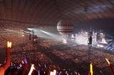 気球に乗り込み、スタンド上段の観客の近くで歌唱した