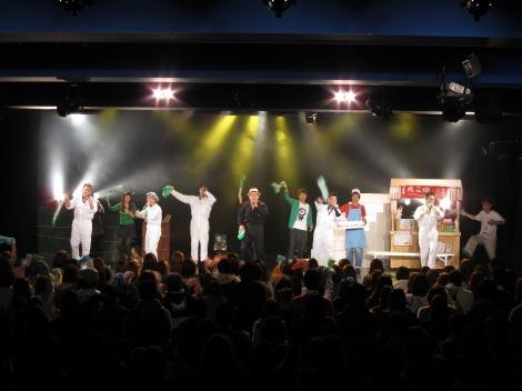 公演の最後にはヒットソング『愛しい人』を披露。3時間におよぶ熱い舞台を締めくくった