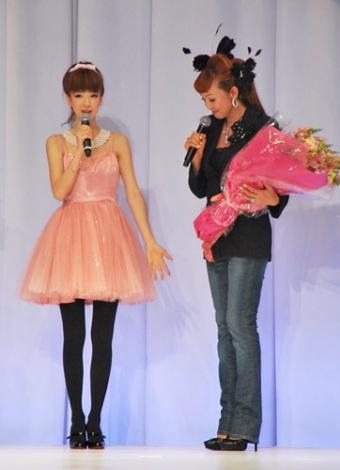 ウエディングドレスブランド『シェーナ・ドゥーノ』スペシャルショーに出席した神田うの(右)、ほしのあき(左)がお祝いに駆けつけた (C)ORICON DD inc.