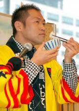 岩手県産の米『雫石あゆか米』限定販売イベントで米を試食するはなわ (C)ORICON DD inc.
