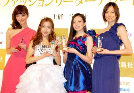 サムネイル 『日本ファッションリーダーアワード2011』を受賞した(左から)佐々木希、AKB48・板野友美、ベッキー、米倉涼子 (C)ORICON DD inc.