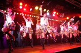 「AKB48」を熱唱する研究生  (C)AKS