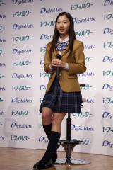 制服姿でトークショーも披露した綾乃