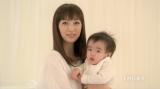 長男とともにワクチン接種の重要性を伝える坂下千里子(新CM「子どもの肺炎球菌ワクチン 〜ご存知ですか篇」より)