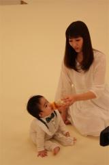 【オフショット】長男とのCM撮影に臨んだ坂下千里子