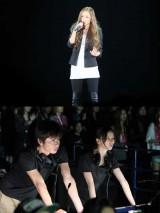 """""""月9""""ドラマ『私が恋愛できない理由』(毎週月曜 後9:00〜 フジテレビ)と主題歌を担当する安室奈美恵のコラボが実現。安室のライブ後にドラマの収録が行われた"""