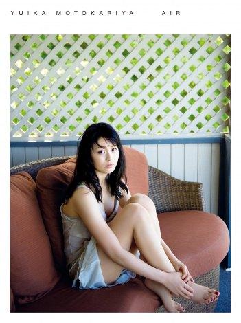 サムネイル 本仮屋ユイカが、初の下着姿でセクシーカットを披露した写真集『air』(ワニブックス刊)