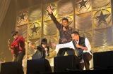 『MICHAEL JACKSON TRIBUTE LIVE』に出演したAI(左から2番目)とザ・ジャクソンズ