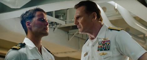 映画『バトルシップ』に主演するテイラー・キッチュ(左)と上官役のリーアム・ニーソン