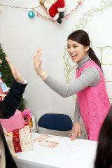 武井咲が自身初のハイタッチ会を行い、嬉し泣きするファンも