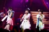 白組3番手としてチームAの公演曲「ハート型ウイルス」を歌った光宗薫、島崎遥香、山内鈴蘭(写真左から) (C)ORICON DD inc.