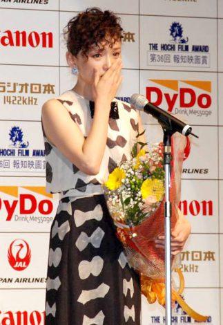 『第36回 報知映画賞』の表彰式で涙を流した永作博美 (C)ORICON DD inc.