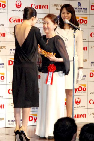『第36回 報知映画賞』の表彰式に出席した宮本信子と、花束ゲストの中谷美紀 (C)ORICON DD inc.