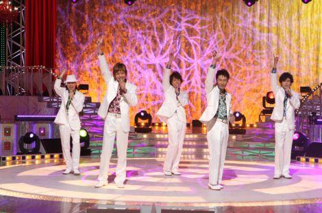 SMAPのものまねを披露するもっぷん、島田ひでとし、ジゴロー、よっしー、楽しんご (C)フジテレビ