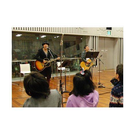 筑波大学付属視覚特別支援学校の生徒と合唱 (C)ORICON DD inc.