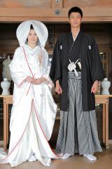 白無垢姿の米倉涼子と紋付袴姿の速水もこみち (C)テレビ朝日
