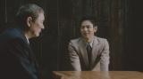 """【CMカット】""""大人""""を語る北野武と人生相談のように聞き入る妻夫木聡(右)"""