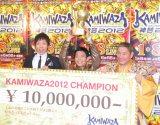 『KAMIWAZA〜神芸〜2012』初代チャンピオンに輝いた日本人ダンサー・蛯名健一(写真中央) (C)ORICON DD inc.