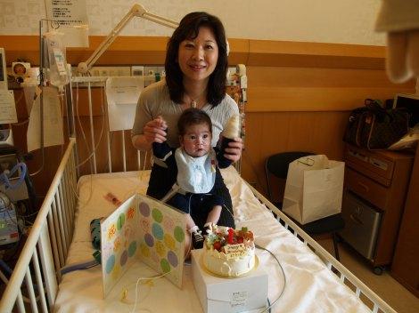 真輝くんの1歳の誕生日を祝う野田聖子議員(C)フジテレビジョン