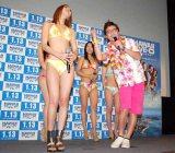 """海外ドラマ『Hawaii Five-0』のブルーレイ&DVD発売記念試写会イベントで、水着ギャルを""""チャラく""""口説くオリエンタルラジオの藤森慎吾 (C)ORICON DD inc."""