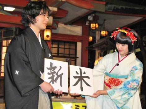 映画『ヒミズ』のヒット祈願イベントに出席した、染谷将太(左)と二階堂ふみ 今年の目標をそれぞれ一文字で表現 (C)ORICON DD inc.