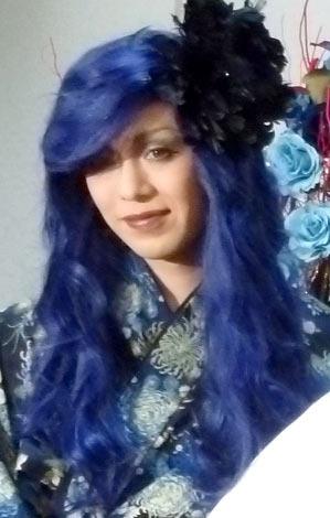 舞台『ベニバラ兎団』の第9弾公演『Mr,教授の危険なマスカレイド』でSHAZNA時代の衣装を身に付け、約3年ぶりの女装姿を披露したIZAM