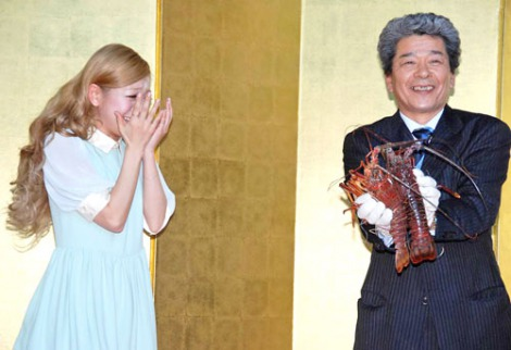 三重県のレストランフェアのオープニングセレモニーに出席した、みえの国観光大使・西野カナ  伊勢えびの活きのよさには驚きの様子(C)ORICON DD inc.