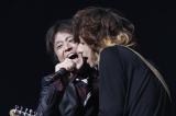復活後初の日本武道館ライブを行った黒夢・清春(右)とサプライズ出演したネプチューン・堀内健(左)
