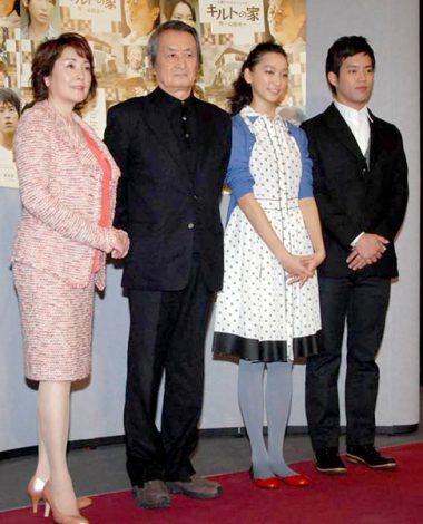 ドラマ『キルトの家』記者会見に出席した(左から)松坂慶子、山崎努、杏、三浦貴大 (C)ORICON DD inc.