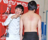 2012年の年間計画発表会で、張り手をうけ背中が腫れ上がった井上裕介(右) (C)ORICON DD inc.