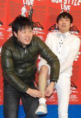 NON STYLEの2012年年間計画発表会で、乱入したエハラマサヒロ(左)からガムテープでスネ毛処理される石田明 (C)ORICON DD inc.