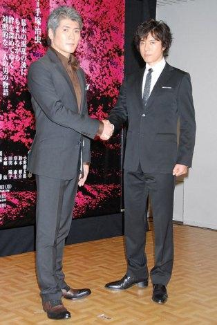 W主演舞台『陽だまりの樹』制作発表記者会見に出席した(左から)吉川晃司、上川隆也 (C)ORICON DD inc.