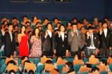 映画『ALWAYS 三丁目の夕日'64』の初日舞台あいさつに登壇したメインキャスト7人と山崎貴監督