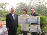 柳川市の金子健次市長(左)から特別住民票を受け取った桜庭ななみ(中央)、松山洋監督