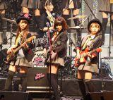 新曲から派生したバンド「Baby Blossom」のメンバー18人が「GIVE ME FIVE!」を生演奏で初披露 (C)ORICON DD inc.