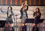 写真左から松井珠理奈(パーカッション)、篠田麻里子(タンバリン)、板野友美(シェイカー) (C)ORICON DD inc.