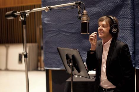 レコーディングをするポール・マッカートニー