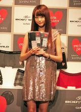 桐谷自身がプロデュースしたバレンタイン限定商品の『本命パンツ』と『義理パンツ』(1/21より発売)を紹介した。