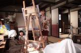 『カーネーション』第18週「ライバル」(98回、1月30日放送分)のワンシーン 長女の優子(新山千春)は絵の勉強に余念がない。三女の聡子(村崎真彩)はマイペース (C)NHK