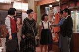 『カーネーション』第18週「ライバル」(98回、1月30日放送分)のワンシーン 昭和29年、糸子(尾野真千子)は41歳。北村(右端、ほっしゃん。)は糸子と口げんかしつつも娘たちをかわいがり、店に頻繁に出入りしている (C)NHK