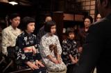 明日27日放送の連続ドラマ小説『カーネーション』第18週(96回)より 糸子(尾野真千子)を責める一同の前に現れた三姉妹は、「お母ちゃんは間違ったことはしないから、したいようにさせてほしい」と揃って頭を下げる (C)NHK