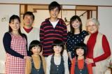 大野拓朗(中央)を囲んだ共演者たち。父親役は鴻上尚史(左上)