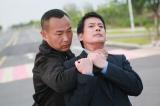 日本公安警察所属の皆藤悟を演じる唐沢寿明(右) (C) Strangers 6 LLC